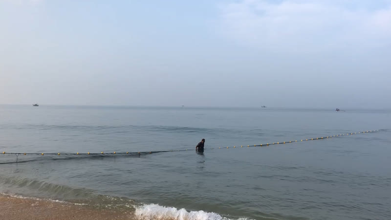 Рыбаки тянут сети...!