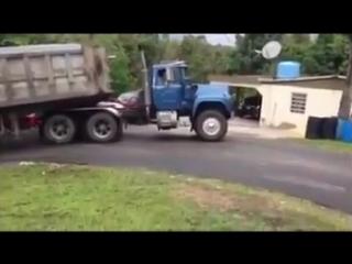 Mack r600 pawer subiendo loma con volqueta cargado una mision k ko todos cumplen