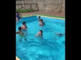 Ребенок тонет в бассейне