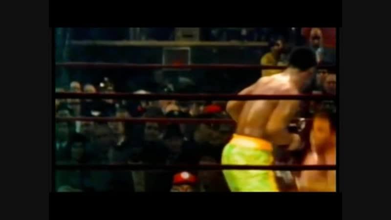 Самый знаменитый нокдаун в истории бокса. Джо Фрейзер отправляет своим фирменном хуком в нокдаун Мохаммеда Али