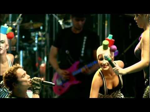 Netinho e Alinne Rosa cantando A Vida é Festa.
