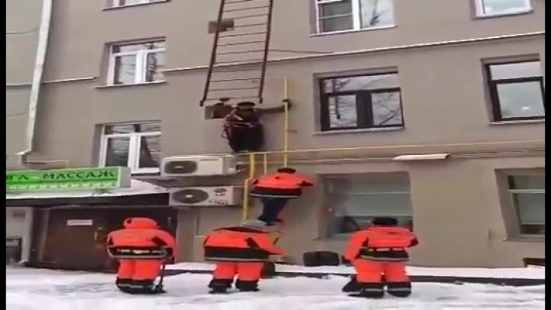 Как в Замоскворечье дворники на крышу забирались