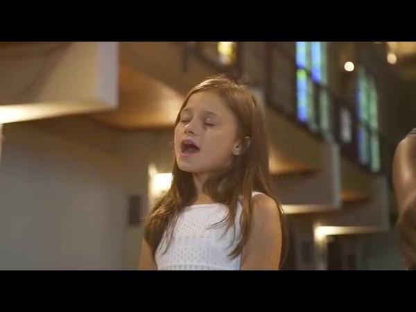 Menina. Cantando