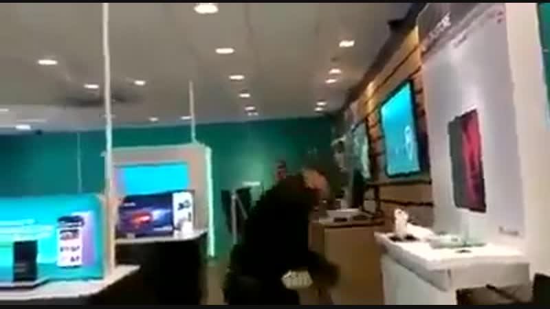 Les migrants sont allés acheter des cadeaux de Noël dans l'un des magasins de Londres