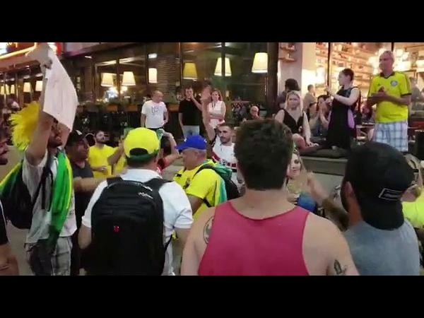 """Ao coro de """"Evidências"""", brasileiros animam russos na noite de Rostov do Don"""