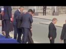 EU im torkeln, Jean-Claude Juncker sturz besoffen und schafft es kaum ins Flugzeug