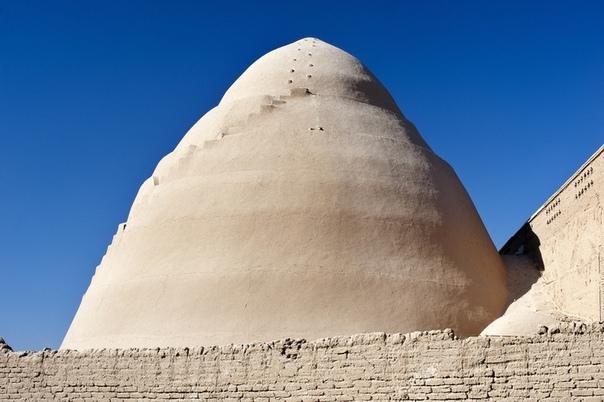 Яхчалы - древние персидские конусы для хранения льда в пустыне. Туристы, путешествующие по Ирану, могут увидеть необычные сооружения — яхчалы. Эти куполообразные строения из глины являются гениальным изобретением древних персов, которое позволяет в услови