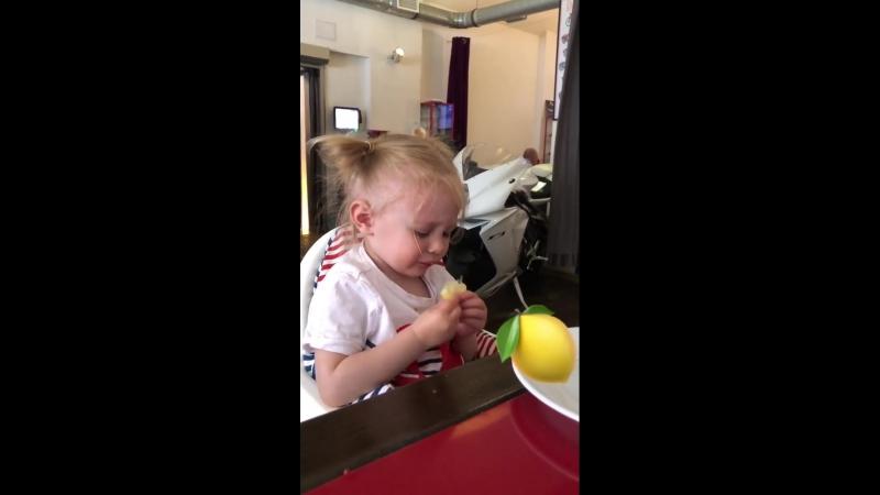 Эвия кушает лимон