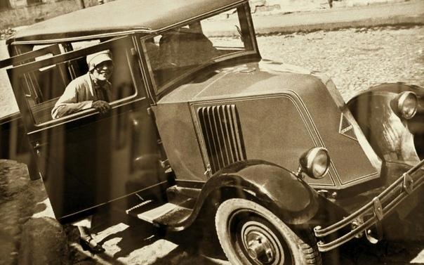 Маяковский и Брик. История великой любви в письмах. Лиличка: Очень хочется автомобильчик. Привези, пожалуйста. Мы много думали о том - какой. И решили - лучше всех Фордик. 1) Он для наших дорог