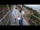 Перепуганные туристы на стеклянном мосту в Китае Frightened tourists on a glass bridge in China