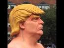 Статуя голого Дональда Трампа в Нью-Йорке