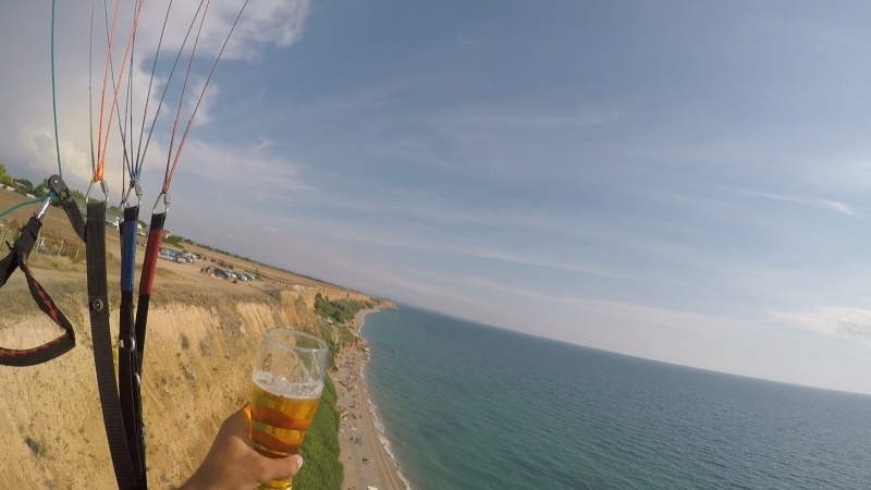 Парапланерист украл пиво у туриста! Весело летать на параплане можно