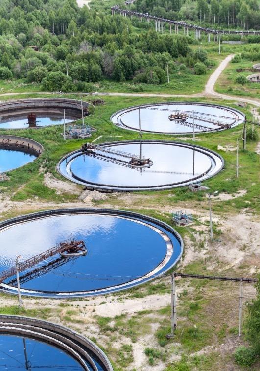 Безопасность воды может контролироваться, например, на очистных сооружениях.