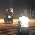 Дейзи целует Джекки на репетиции