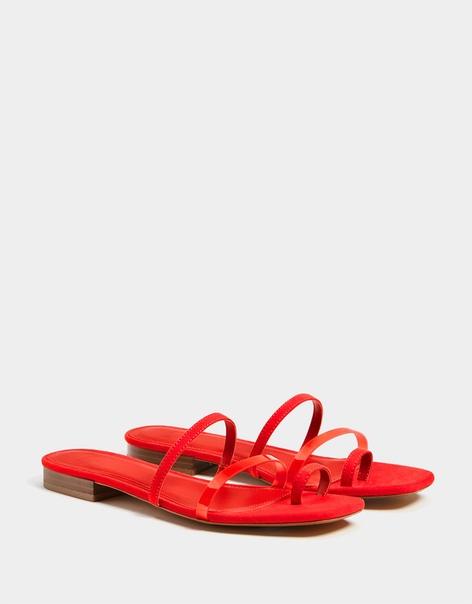 Сандалии с ремешками и виниловой деталью, на низком каблуке