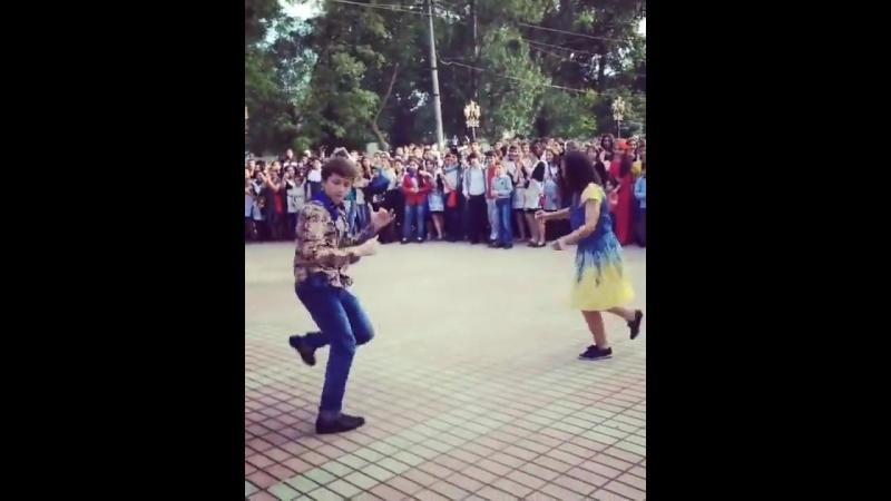 Школьник по полной взорвал танцпол на выпускном 🔥🔥