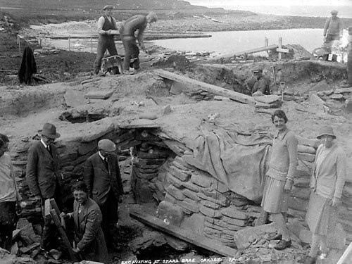 в шотландском неолитическом селении скара-брей жили выходцы из египта каменистая почва, волны, обрушивающиеся на берега, пустоши, покрытые вереском... так выглядит сегодня большая часть островов