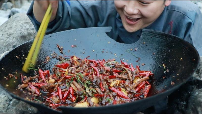 冷吃牛肉,香辣入口,余味不绝(Cooking a pot of beef in the mountains and putting a lot of peppers.)