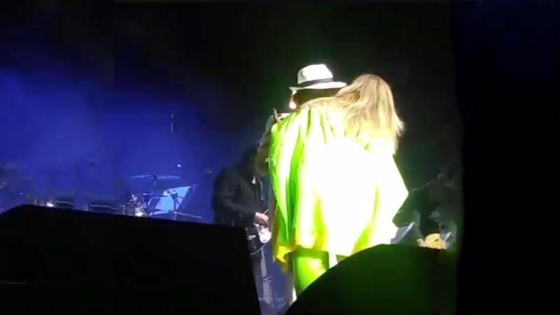 Albano e Romina si BACIANO sul palco di Genova