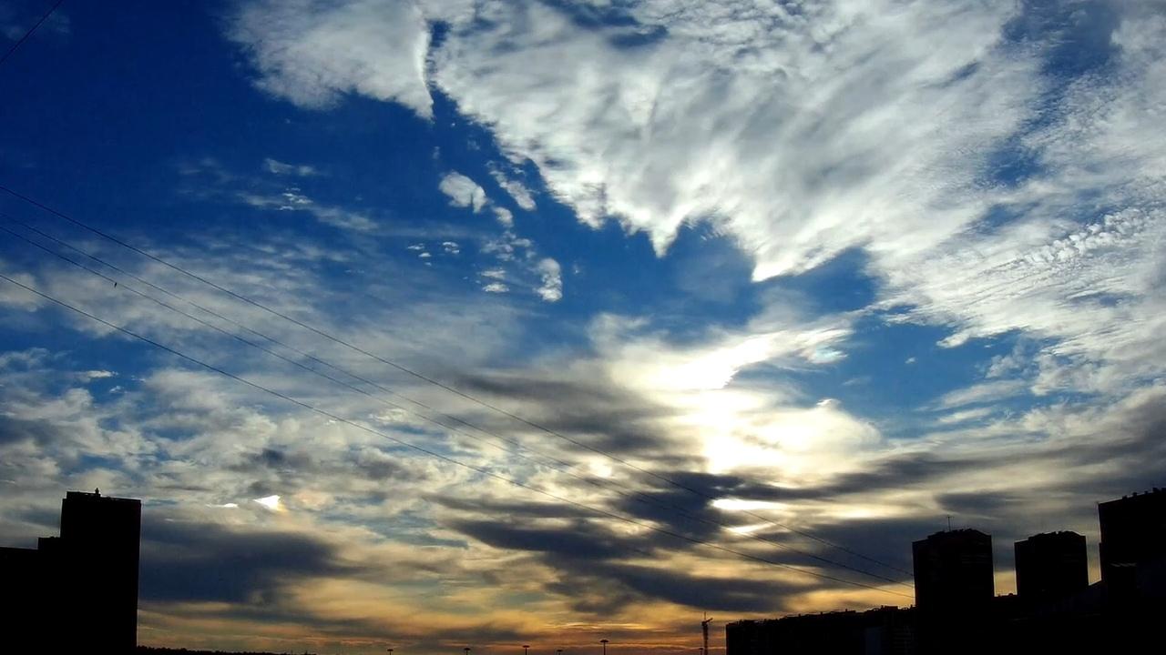 4 октября 2018 Явление со световыми переливами и переменной цветов похоже наCloud iridescenceОблачная радужность Иризация или радужные цвета, часто блестящие, напоминают цвета перламутра. В течение приблизительно 10 ° от Солнца, дифракция является основной причиной иризации или переливов. Однако около 10 ° интерференция обычно является преобладающим фактором. Иризации или переливы могут распространяться на углы, превышающих 40 ° от Солнца, и даже в этом угловом расстоянии, цвет может быть блестящим. Источник Особый вид лучей так-же виден к концу видео с широким углом обзора. Сумеречные лучиCrepuscular rays Во время гало так же как мне думается была проявлена гравитационно-геомагнитная аномалия, которая возмущала молекулы облаков в пространстве. Волнообразный разрез в облаке ровный и меняющий форму, волновые расхождения.