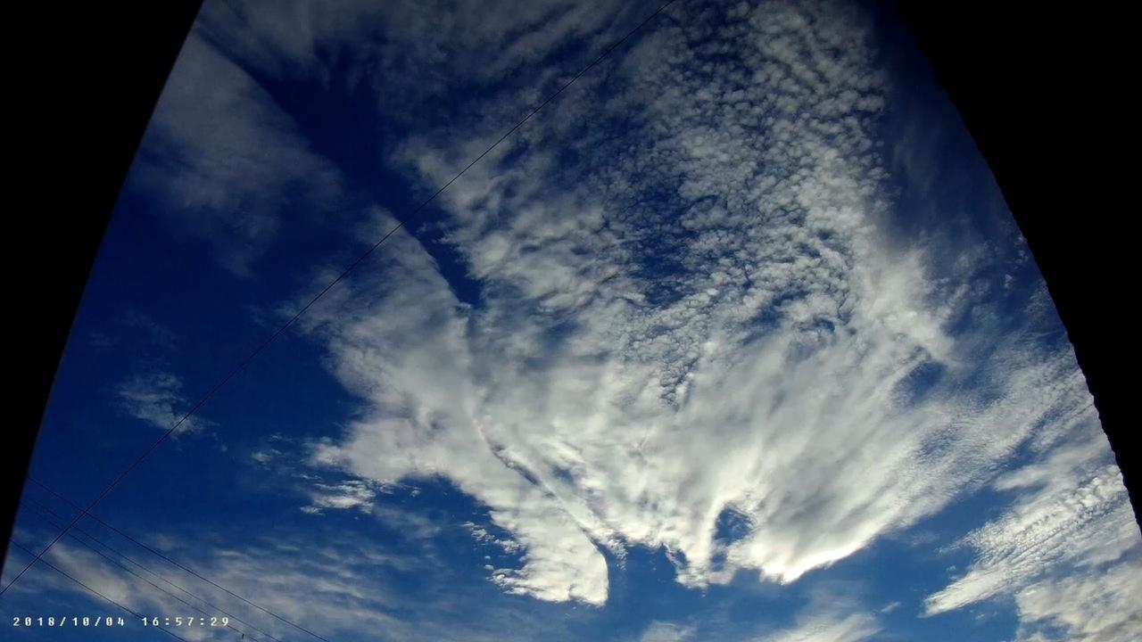 Перисто-слоистые облака (лат. Cirrostratus) — разновидность облаков, представляющая собой тонкий, белесоватый покров, иногда почти незаметный и только придающий небу беловатый оттенок, иногда же ясно обнаруживающий нитевидное строение. Эти облака обыкновенно служат причиной образования ярких дуг вокруг Солнца (паргелий) и Луны (парселена). Образуются эти облака на высоте от 5 до 13 км. 4 октября 2018 Явление со световыми переливами и переменной цветов похоже наCloud iridescenceОблачная радужность Иризация или радужные цвета, часто блестящие, напоминают цвета перламутра. В течение приблизительно 10 ° от Солнца, дифракция является основной причиной иризации или переливов. Однако около 10 ° интерференция обычно является преобладающим фактором. Иризации или переливы могут распространяться на углы, превышающих 40 ° от Солнца, и даже в этом угловом расстоянии, цвет может быть блестящим. Источник Особый вид лучей так-же виден к концу видео с широким углом обзора. Сумеречные лучиCrepuscular rays Во время гало так же как мне думается была проявлена гравитационно-геомагнитная аномалия, которая возмущала молекулы облаков в пространстве. Волнообразный разрез в облаке ровный и меняющий форму, волновые расхождения.