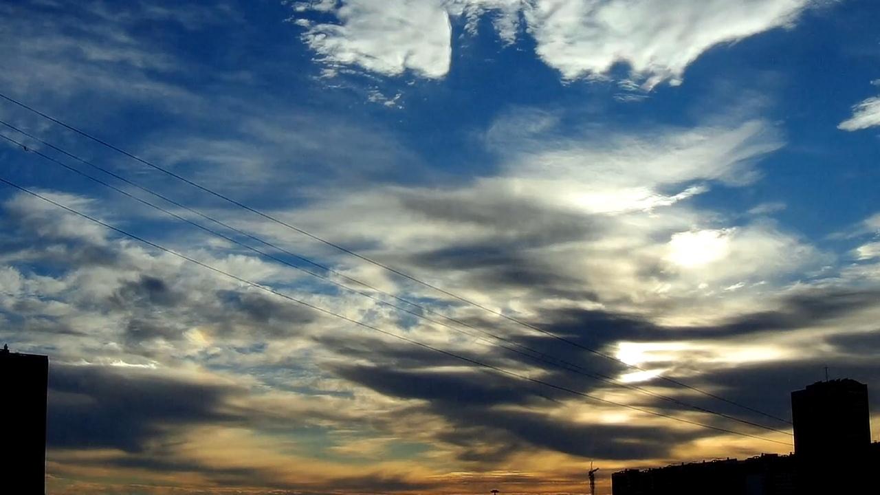 Перисто-слоистые облака (лат. Cirrostratus) — разновидность облаков, представляющая собой тонкий, белесоватый покров, иногда почти незаметный и только придающий небу беловатый оттенок, иногда же ясно обнаруживающий нитевидное строение. Эти облака обыкновенно служат причиной образования ярких дуг вокруг Солнца (паргелий) и Луны (парселена). Образуются эти облака на высоте от 5 до 13 км.