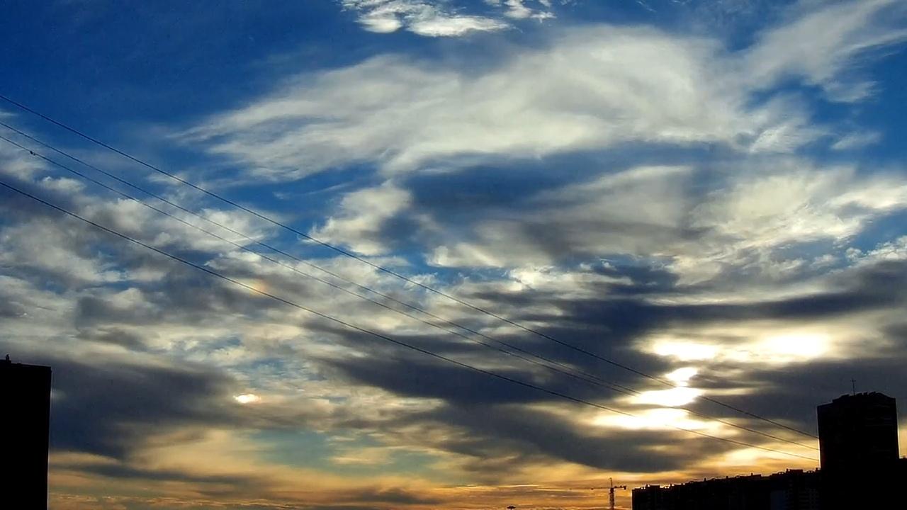 Перисто-кучевые облака (лат. Cirrocumulus, Cc) — тонкие облака, состоящие из мелких волн, хлопьев или ряби. Располагаются на высоте выше 6—7 км, имеют толщину слоя около 200—400 метров, видимость внутри облаков — около 150—500 метров. На них отсутствует затенение — даже с той стороны, которая отвёрнута от солнца. Образуются при возникновении волновых и восходящих движений в верхней тропосфере и состоят из кристаллов льда. В перисто-кучевых облаках может наблюдаться гало и венцы вокруг солнца и луны. Осадки из них не выпадают.