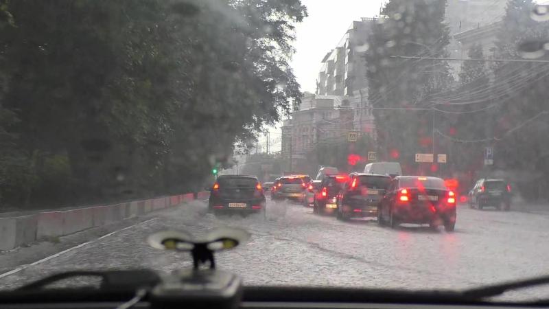 Дождь: в центре Волгограда река впадает в море