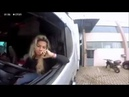 Блондинка сдает задом на грузовике с прицепом