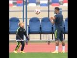 Неймар тренируется с сыном