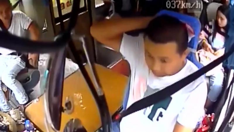 Камень пробил стекло и покалечил водителя