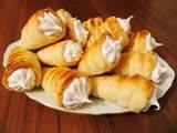 Хрустящие трубочки с нежным белковым кремом это ароматная и вкусная выпечка, которая придется по вкусу всей семье.