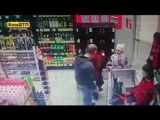 В магазине Уфы мужик что-то не поделил с бабушкой и решил вырубить ее на глазах у внучки