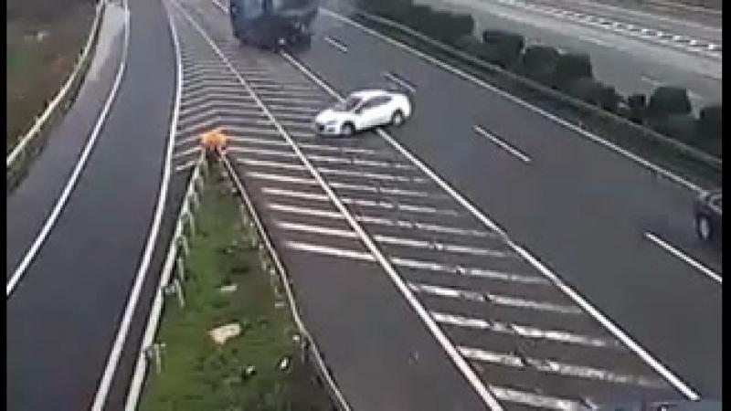 Даже, если вы хороший водитель, это не значит, вас окружают такие же... Будьте внимательны!