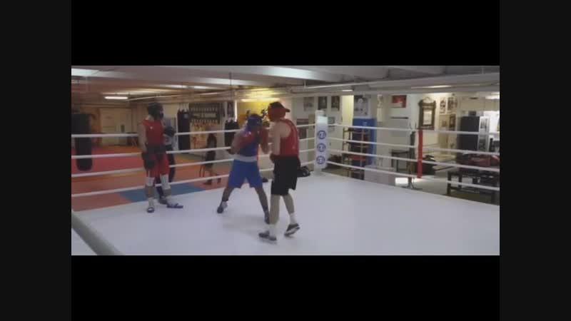 Спарринг стрелка тайца и боксера Красный Михаил Рушуков тайский бокс Синий Мухтар Забитов Бокс