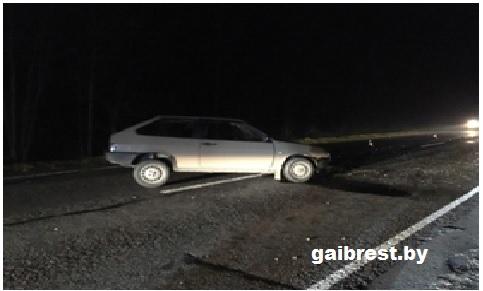 Пинский район: уснувший водитель столкнулся в большегрузом. Пострадал пассажир