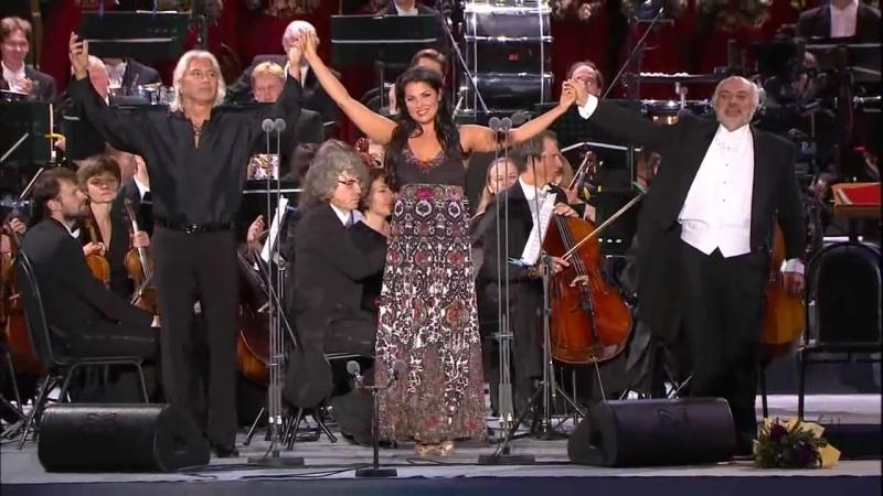 Прекрасные и талантливые певцы на Красной площади поют песню о Москве