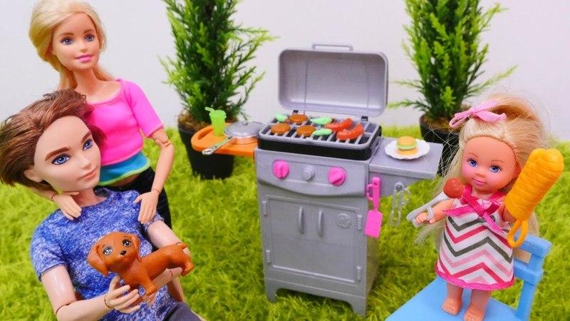 Barbie en español. Muñecas hacen una barbacoa. Vídeo infantil.