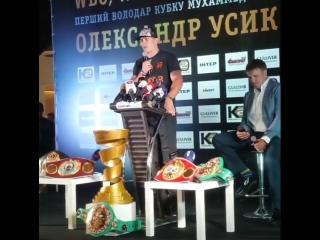 Александр Усик заявил, что ему не нужно звание Героя Украины
