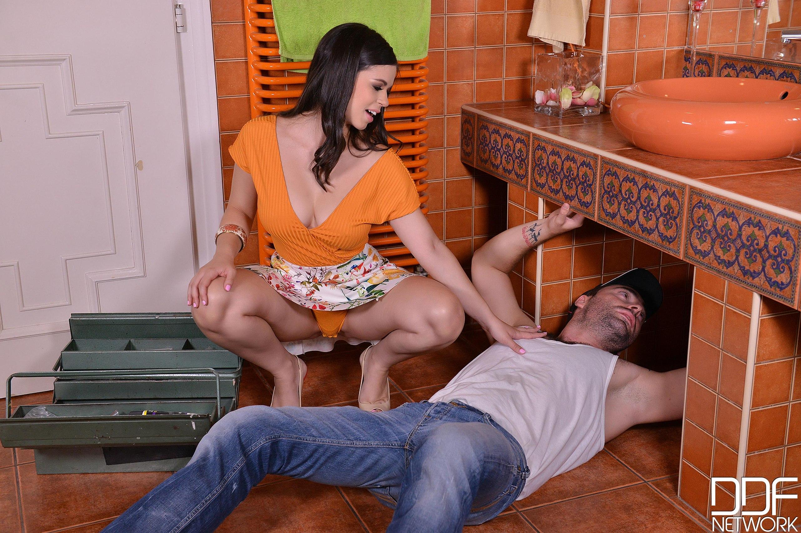Порно изменяет мужу сантехником