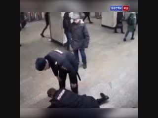 Контролер дала отпор вооруженному безбилетнику в московском метро