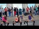 Красивые школьницы классно танцуют современный танец. Современный танец в исполн
