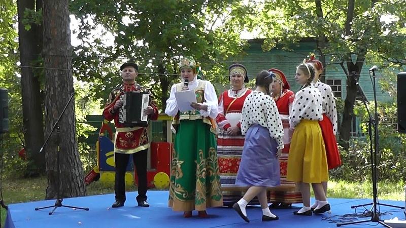 Представление всех участников на фольклорном фестивале