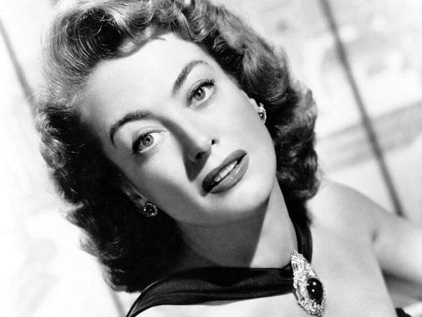 Кислота, золотая пыль и мрамор – тайны красоты известных актрис XX века Джоан Кроуфорд капала в глаза кислоту, Мэрилин Монро носила бюстгальтер с мрамором, а Марлен Дитрих причесывалась с