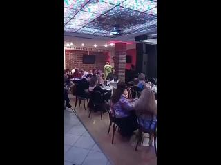 зрители пьют, поэты читают стихи, критики жестят в клубе Алиби