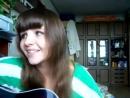 Красивая девушка поет армейскую песню под гитару А я не вернусь.mp4