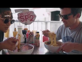 Шей Митчелл и Йен Хардинг в челлендже «Самый острый суп с лапшой Рамэн» [RUS SUB]