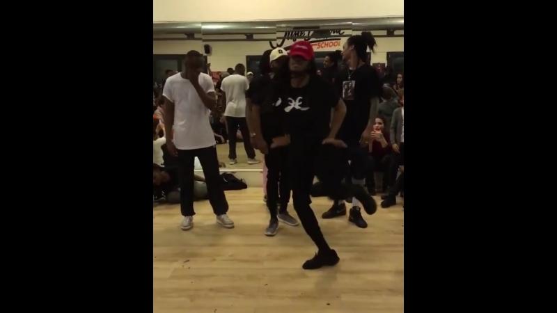 Love to see Regi dance 🖤 he's like a noodle 🤣