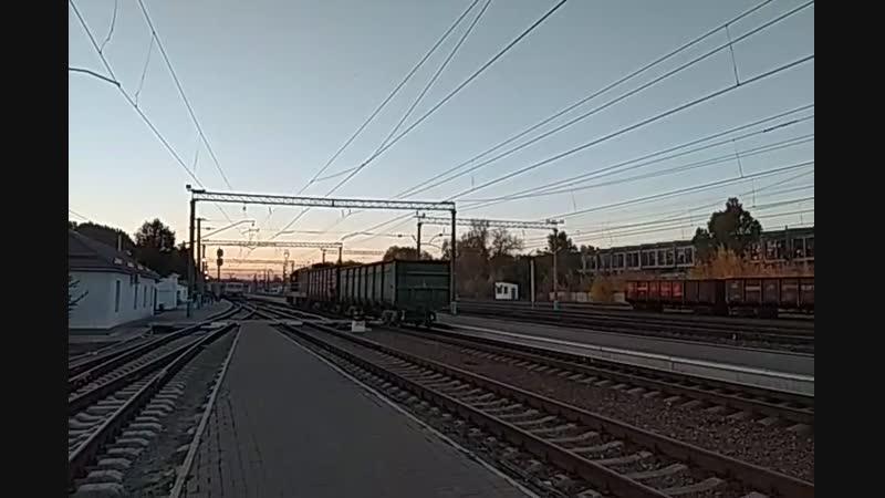 Тепловоз ЧМЭ3-3627 с грузовым поездом на станции Изюм