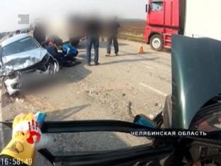 Две легковушки столкнулись лоб в лоб на трассе. Водителя зажало в салоне